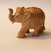 Elefant aus Holz geschmückt, Rüssel hoch, hell,...