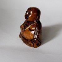 Lachender Buddha aus Holz, sitzend, dunkel, ca. 5 cm
