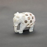 Speckstein - Elefant in Elefant, Rüssel unten, 5 cm.