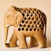 Babyelefant in Elefant aus Holz, Rüssel unten, ca...