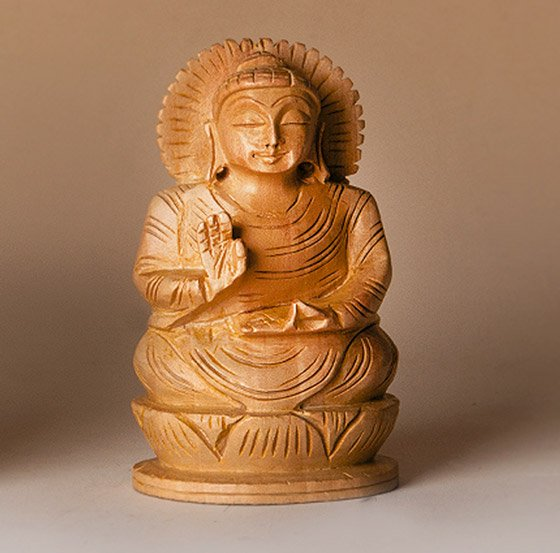 Buddha auf Lotus, segnend, aus Holz ca. 7,5 cm hoch